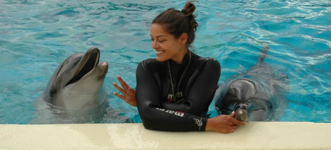 «Χορεύοντας» με τα δελφίνια - Γνωρίστε την εκπαιδεύτρια του Αττικού Ζωολογικού Π