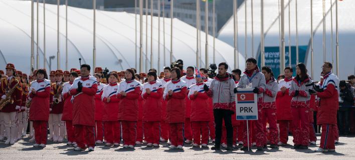 Μέλη της αποστολής της Β.Κορέας στη χειμερινή Ολυμπιάδα της Πιονγκτσάνγκ (Φωτογραφία: ΑΡ)