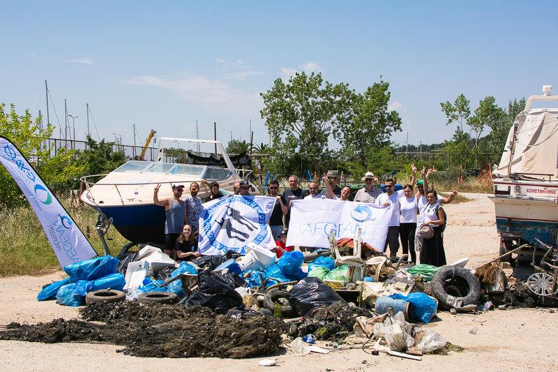 Οι ομάδες των δυτών με τον πρόεδρο της ΕΥΑΘ μπροστά στα απορρίμματα που μαζεύτηκαν από τον βυθό και την ακτή της Αρετσούς.