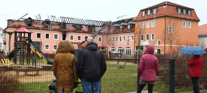 Γερμανία: Πανηγύριζαν βλέποντας να καίγεται κέντρο προσφύγων [εικόνες]