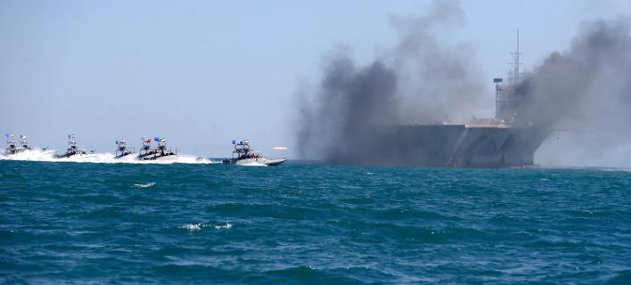 Iρανικά σκάφη επιτίθενται σε ομοίωμα αμερικανικού αεροπλανοφόρου σε άσκηση του 2015 (Φωτογραφία αρχείου: ΑΡ)
