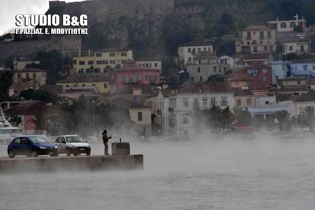 Πρωτοφανείς εικόνες στο Ναύπλιο: Δείτε τι συνέβη στη θάλασσα λόγω της κακοκαιρίας και θα τα χάσετε! (Photos & Video)