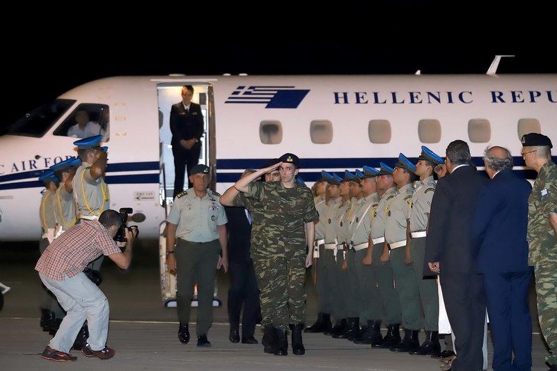 Με τη στολή τους κατέβηκαν από το πρωθυπουργικό αεροσκάφος