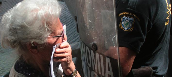Ποια είναι η συνταξιούχος που ψέκασαν χθες με τα χημικά, μπροστά στο Μαξίμου