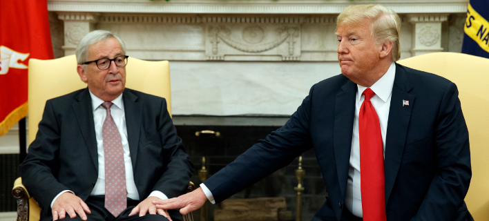 Ο πρόεδρος της ΕΕ, Ζαν Κλοντ Γιούνκερ και ο Αμερικανός πρόεδρος Ντόναλντ Τραμπ κατά τη χθεσινή τους συνάντηση-Φωτογραφία: ΑΡ/Evan Vucci