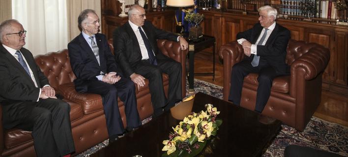 Ο Προκόπης Παυλόπουλος με το προεδρείο της ΕΕΤ. Φωτογραφία: Sooc