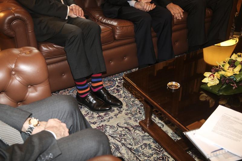 Στα χνάρια του Τζάστιν Τριντό ο αντιπρόεδρος της ΕΕΤ -Με ριγέ κάλτσες στο Προεδρικό Μέγαρο [εικόνα]