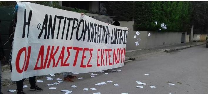 Παρέμβαση αντιεξουσιαστών έξω από το σπίτι της εφέτου Ι. Κλάπα-Χριστοδουλέα [εικόνες]