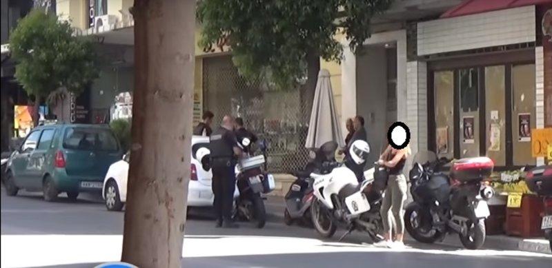 Αστυνομία κάτω από το σπίτι της νεκρής στην Πάτρα/ Φωτογραφία Patrastimes