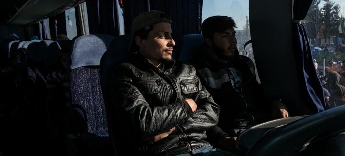 Ενταση στη Βέροια: Κάτοικοι εμπόδιζαν το λεωφορείο με τους πρόσφυγες από την Ειδομένη [βίντεο]