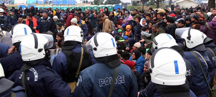 Επιχείρηση της αστυνομίας στην Ειδομένη: Απομακρύνουν τους μετανάστες- Τα ΜΑΤ έδιωξαν τους δημοσιογράφους