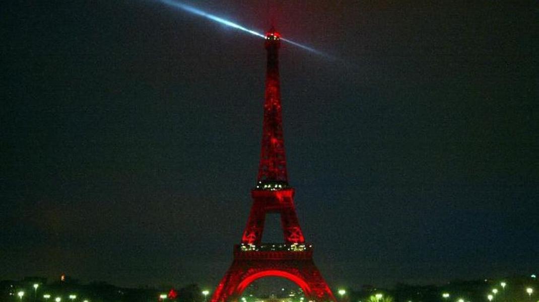 Στα κόκκινα ο πύργος Αιφελ «θρηνεί» για το μακελειό στο Ατατούρκ