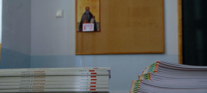 Οι νεολαίες ΑΝΕΛ και ΣΥΡΙΖΑ μαλώνουν για την κατάργηση της προσευχής στα σχολεία