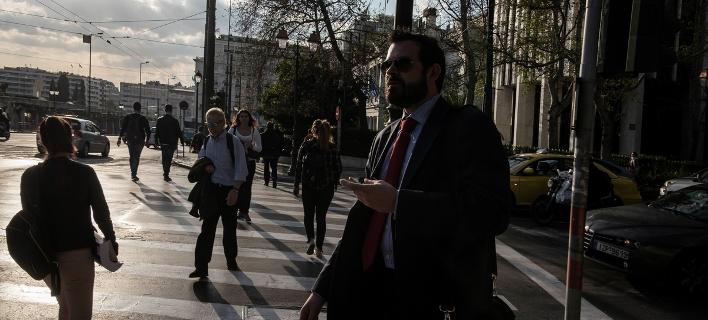 Σοκ από τη μείωση του αφορολόγητου -Επιπλέον φόροι 600-650 ευρώ για όλους