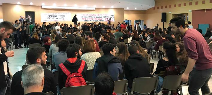 Εισβολή φοιτητών στο υπουργείο Παιδείας - Κατέλαβαν το αμφιθέατρο, κάνουν συνέλευση [βίντεο]