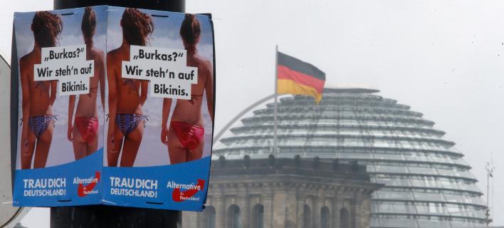Προεκλογική αφίσα του AfD γράφει: «Μπούρκα; Εμείς προτιμάμε τα μπικίνι»/ Φωτογραφία: (AP Photo/Michael Probst)
