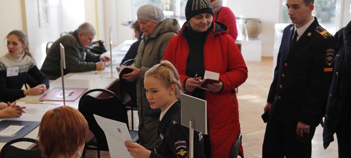 Στις κάλπες σήμερα οι Ρώσοι (Φωτογραφία: AP/ Pavel Golovkin)