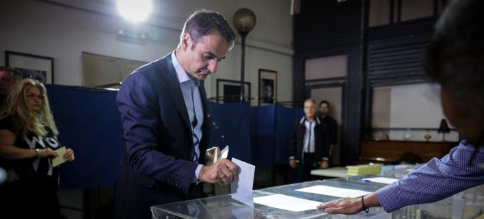 Ο πρόεδρος της ΝΔ Κυριάκος Μητσοτάκης ψηφίζει -Φωτογραφία: EUROKINISSI/ΣΤΕΛΙΟΣ ΜΙΣΙΝΑΣ