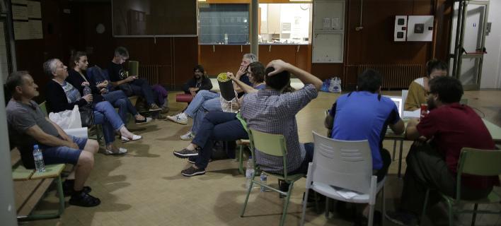 «Μάχη» στην Καταλονία για τα εκλογικά κέντρα: Αστυνομία τα αποκλείει, πολίτες κατασκηνώνουν σε αυτά