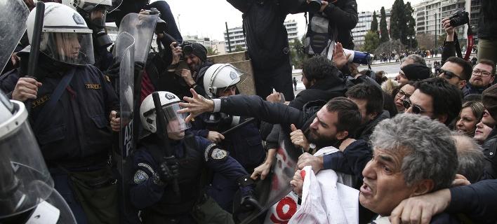 Στιγμιότυπο από τις συγκρούσεις ΜΑΤ και εκπαιδευτικών -Φωτογραφία: Nikos Libertas / SOOC