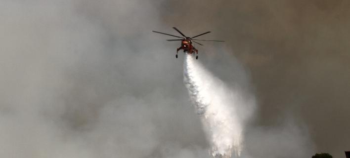 Με αεροπλάνα και ελικόπτερο συνεχίζεται η επιχείρηση κατάσβεσης της φωτιάς στην Ηλεία