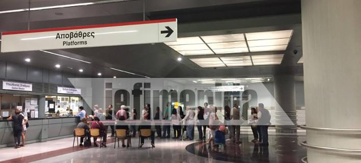 Ταλαιπωρία στα εκδοτήρια του Μετρό για τις ηλεκτρονικές κάρτες -Εβαλαν καρέκλες για τους ηλικιωμένους [εικόνες]