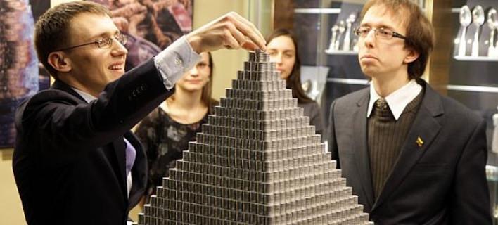 Λιθουανία: Φοιτητές κατασκεύασαν πυραμίδα 831 κιλών από κέρματα [εικόνες]