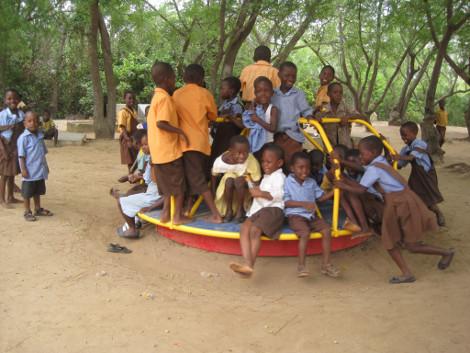 e3db5f761c5 Πράσινη παιδική χαρά στη Γκάνα αποθηκεύει την ενέργεια των παιδιών ...