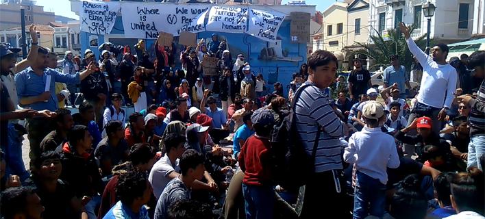Ενταση στη Μυτιλήνη: Δεν εγκαταλείπουν την πλατεία Σαπφούς οι πρόσφυγες [εικόνες]