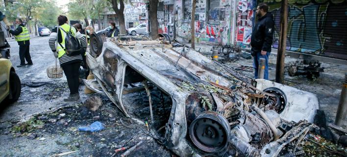 Βομβαρδισμένο τοπίο τα Εξάρχεια μετά τα σοβαρά επεισόδια με τους κουκουλοφόρους- φωτογραφία intimnews