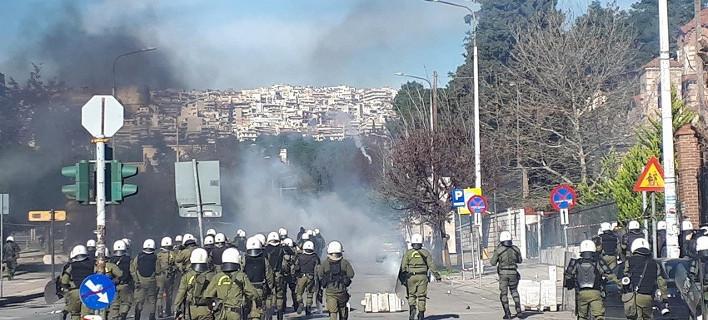 Αγρια επεισόδια στη Θεσσαλονίκη -Αντιεξουσιαστές πετούν πέτρες, μολότοφ και φωτοβολίδες στα ΜΑΤ [βίντεο]