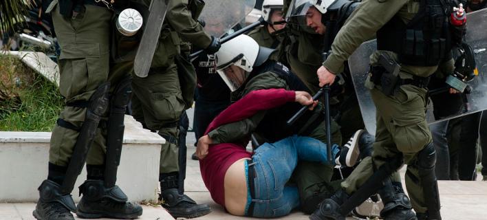 Από τα επεισόδια στο αντιπολεμικό συλλλητήριο -Φωτογραφία: AP Photo/Petros Giannakouris