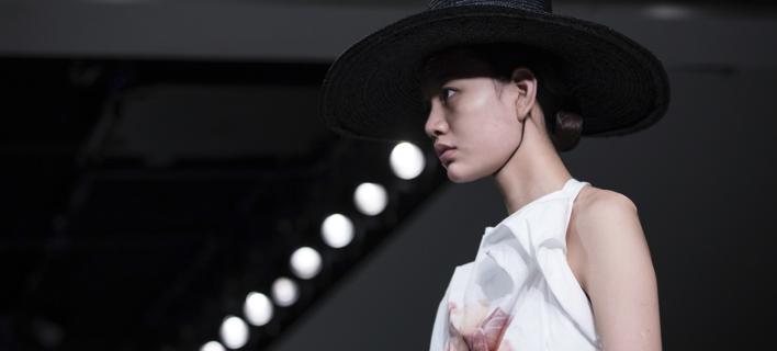Οι «πειραγμένες» φωτογραφίες των μοντέλων θα φέρουν τη σχετική επισήμανση (Φωτογραφία: AP/ Vianney Le Caer)