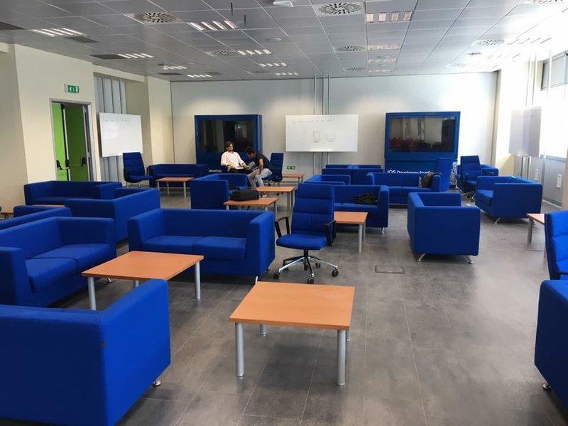 Η  Apple's iOS developer academy πρωτοάνοιξε το 2016 και φιλοξενείται στο παλαιότερο μη θρησκευτικό πανεπιστήμιο του κόσμου, το University of Naples Federico II.