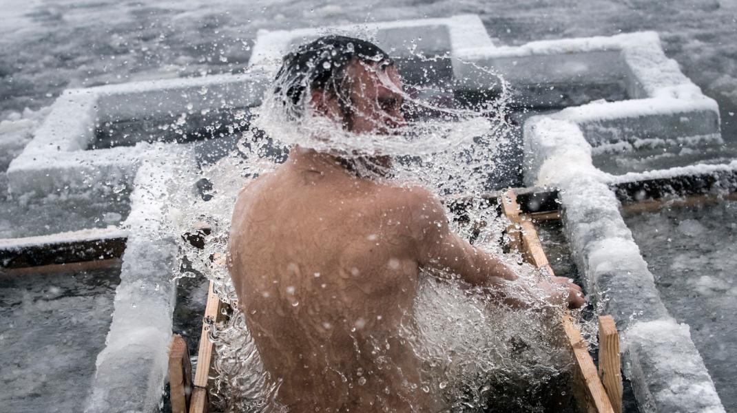Πιστός Ρώσος ορθόδοξος βουτά στα παγωμένα νερά του Δνείπερου, στο Κίεβο για τα Θεοφάνεια -Φωτογραφία: AP Photo/Evgeniy Maloletka