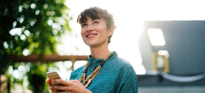 Μια γυναίκα χαμογελά στον φακό/ Φωτογραφία: Pexels/ rawpixel.com