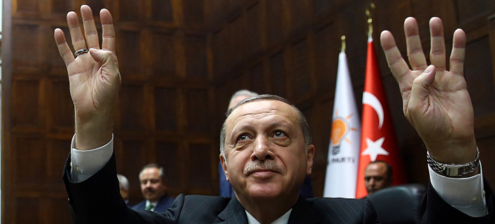 Ο Ερντογάν τα έβαλε και με τον Μoody's: «Υποβαθμίζετε εμάς και όχι την Ελλάδα που βουλιάζει»