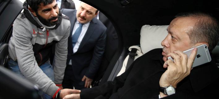 Ο Τούρκος πρόεδρος κρατώντας το δικό του iphone στις 14 Αυγούστου/Φωτογραφία: AP