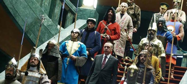 Ερντογάν ο μεγαλοπρεπής -Το απίστευτο σόου με τους 16 πολεμιστές που έστησε στο παλάτι του [εικόνες]