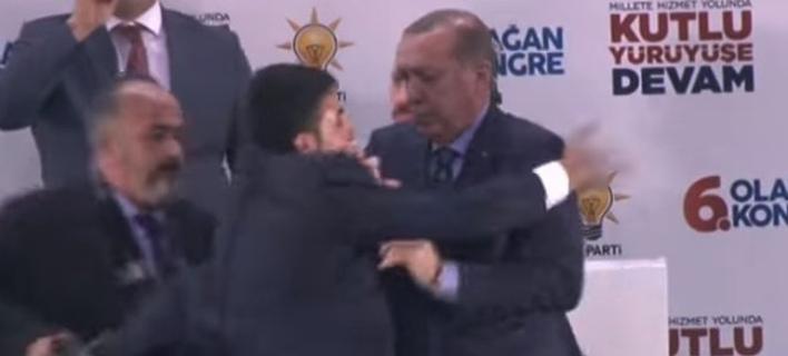 Επίθεση αγάπης στον Ερντογάν / Φωτογραφία: YouTube