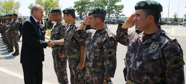 «Μαλακώνει» τις αντιδράσεις του ο Ερντογάν; -Αποφυλακίζει 758 στρατιώτες και αποσύρει μηνύσεις