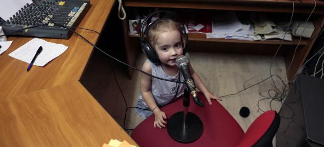 H γλυκύτατη 4χρονη παραγωγός της ΕΡΤ κάνει κατάληψη στα στούντιο και στέλνει το