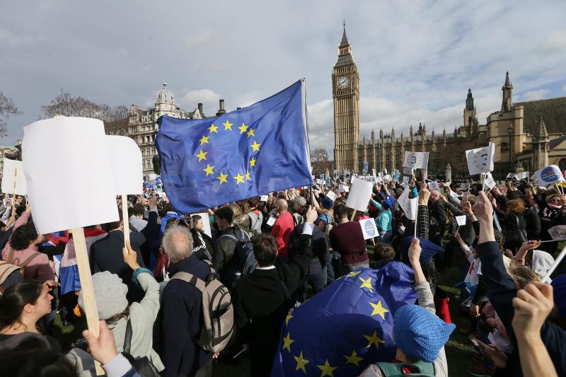 Ευρωκοινοβούλιο: «Φιάσκο» τα σχέδια της Τερέζα Μέι για τους πολίτες της Ε.Ε. στη Βρετανία