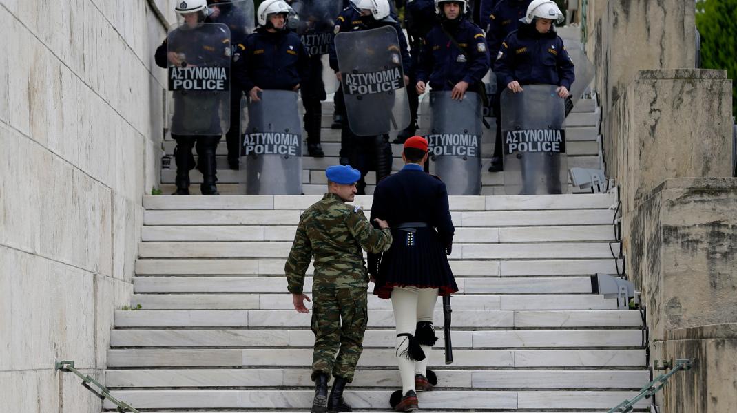Εύζωνας μετακινείται από τον Αγνωστο Στρατιώτη λόγω της συγκέντρωσης της ΑΔΕΔΥ -Φωτογραφία: AP Photo/Thanassis Stavrakis