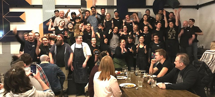 Το εστιατόριο στο Οκλαντ όπου όλοι τρώνε μαζί (Φωτογραφία: Facebook)