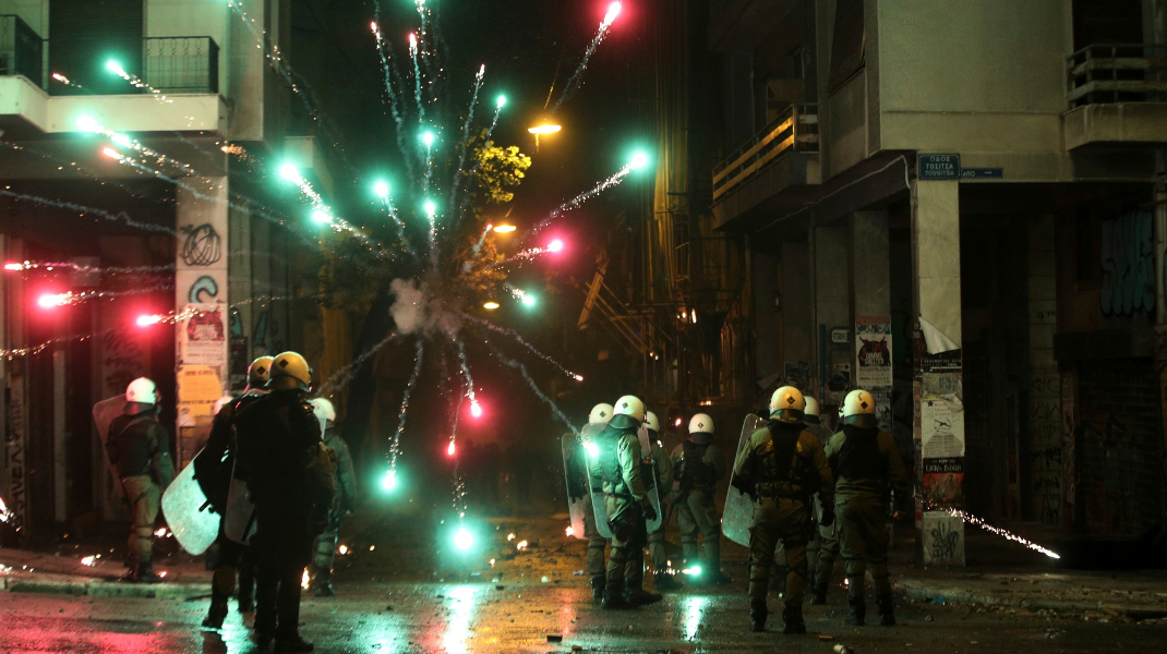 Η εικόνα της «χριστουγεννιάτικης» Αθήνας κυκλοφορεί σε όλο τον κόσμο -Φωτογραφία: AP Photo/Yorgos Karahalis