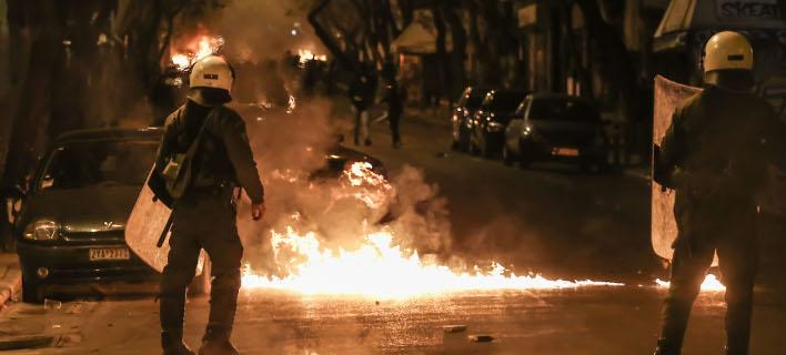 Επεισόδια, μολότοφ και ένταση στα Εξάρχεια -Τραυματίστηκαν δύο αστυνομικοί