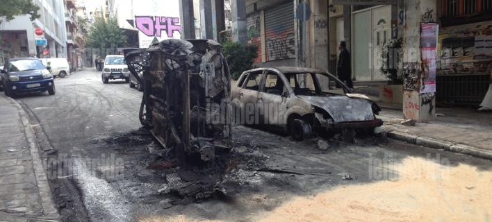 Η επόμενη μέρα στα βομβαρδισμένα Εξάρχεια -Καμένα ΙΧ και μοτοσικλέτες μετά τα επεισόδια [εικόνες]
