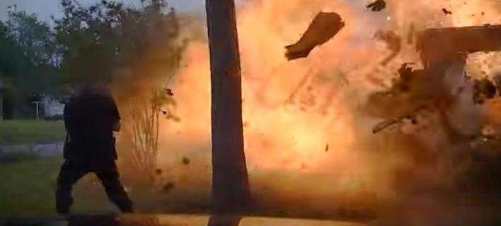 Τρομακτική έκρηξη: Σπίτι στο Τέξας τινάχθηκε στον αέρα όταν έπεσε αυτοκίνητο πάνω στη γραμμή φυσικού αερίου [βίντεο]