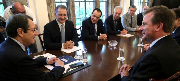 Ο πρόεδρος της Κύπρου, Νίκος Αναστασιάδης (αριστερά) με τον ανώτερο αντιπρόεδρο της Exxon Mobil Νιλ Τσάπμαν (δεξιά) -Φωτογραφία: AP Photo/Petros Karadjias
